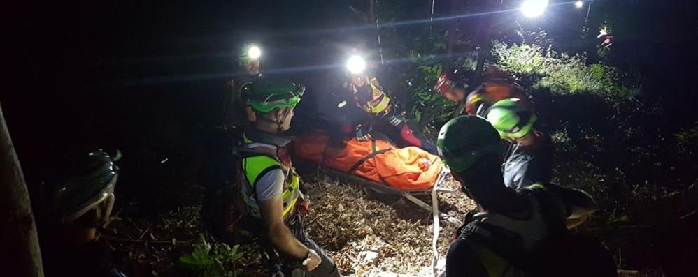 Ragazza di 17 anni precipita nel dirupo Soccorsa nella notte, condizioni gravi