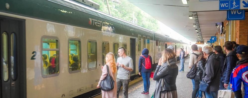 Treni Chiasso-Como della linea S11  Stop a Carimate, poi c'è il bus