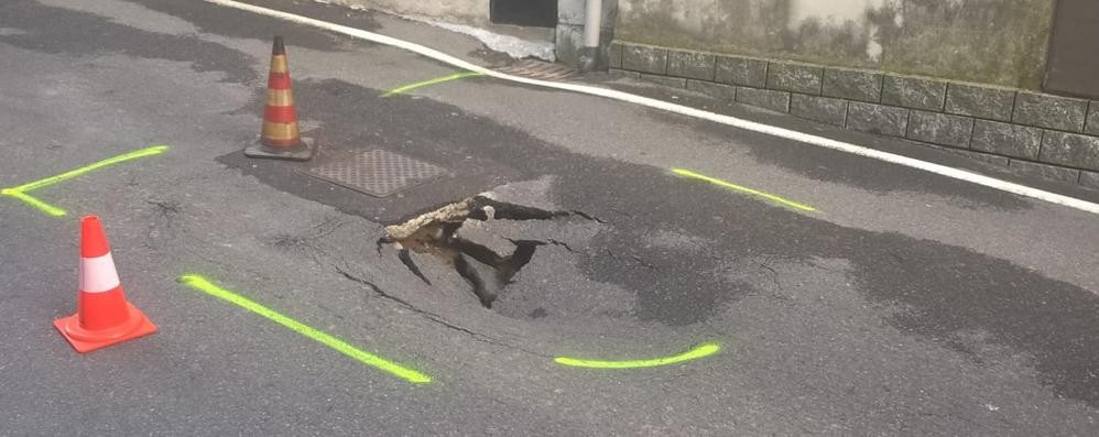 Una buca nell'asfalto  Strada chiusa a Bregnano