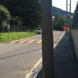 Con l'asfalto arriva anche il marciapiede  San Fermo, bisogna fare lo slalom tra i pali