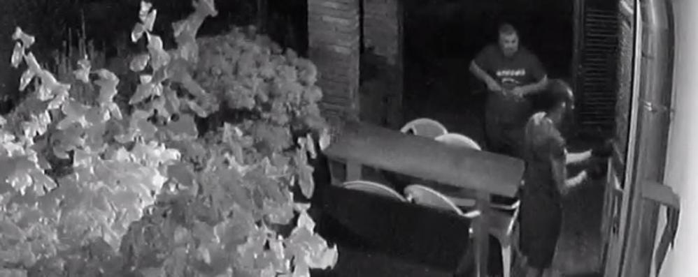 Filmati due malviventi  in azione a Cirimido