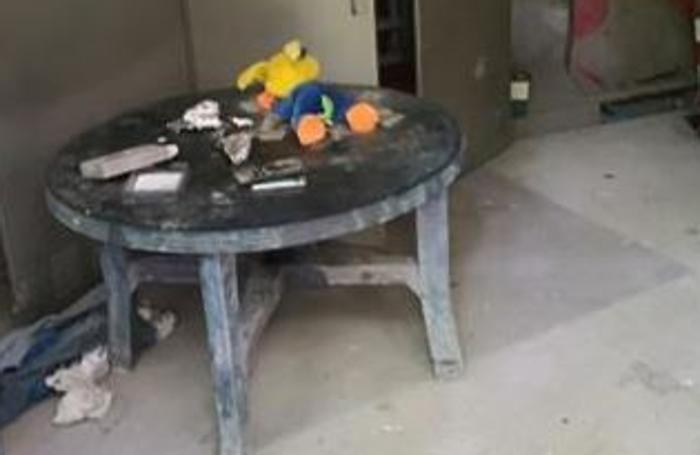 Il tavolino con le siringhe e la droga trovati in uno dei ruderi tra Merone e Monguzzo