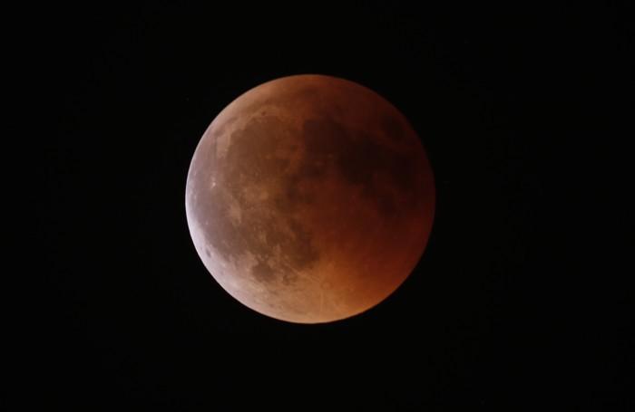 L'eclissi di luna fotografata dall'astrofisico Corrado Lamberti da Lenno alle 23,12 pochi minuti prima della fine della fase totale con un rifrattore apocromatico 80mm f/6