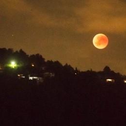 Migliaia di comaschi stregati  dall'eclissi di luna