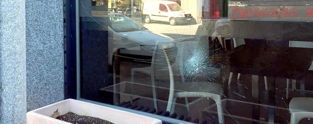 Erba, colpi di mazza contro il bar  La vetrina resiste, i ladri scappano