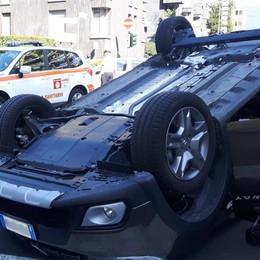 Scontro in viale Giulio Cesare Auto si ribalta, due feriti
