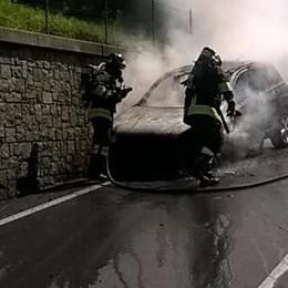 Auto in fiamme a Grandola Salvo un bimbo di tre anni