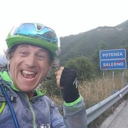 Papà gira l'Italia in bici  «Finanziate la ricerca  per i bambini malati»