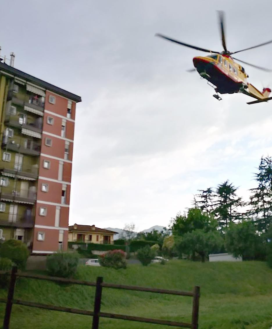 Il decollo dell'elisoccorso verso l'ospedale di Lecco