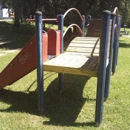 Bernate, giochi del parco pericolosi  Il sindaco ordina: «Distruggeteli»
