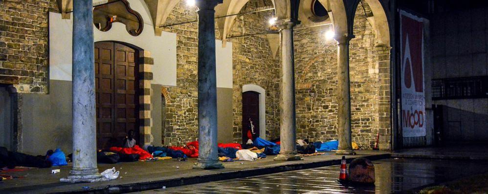 Sotto i portici dormono in 40  Il Comune: non interveniamo