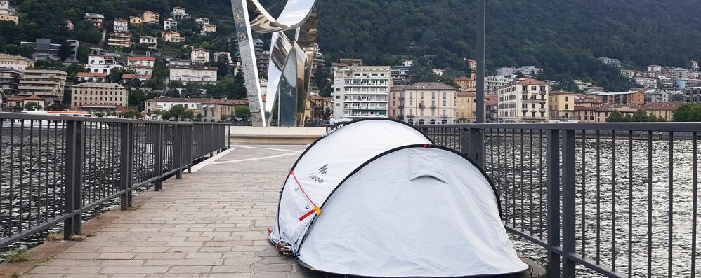Como, incredibile: in campeggio con la tenda sulla diga foranea