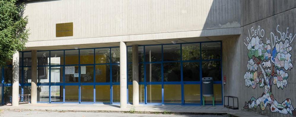 Como, vandali a scuola  Sfasciano 15 vetrate  e svuotano gli estintori