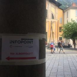 Nuovo infopoint a Como, i cartelli per segnalarlo? Fogli attaccati con lo scotch
