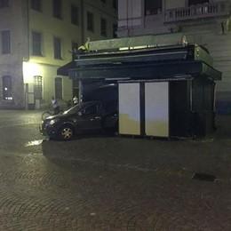 Pauroso scontro in viale Battisti Auto va a sfondare il chiosco