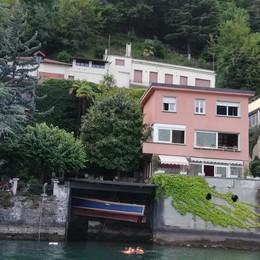 Brienno, ecco la villa comprata da Icardi  I figli di Wanda Nara nuotano nel lago