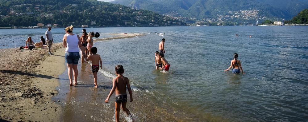 Como, tutti a fare il bagno nel lago. Anche se non si può