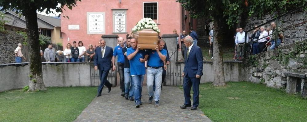 Folla ai funerali del sub morto a Nesso  «Fatale la sua passione forte e genuina»