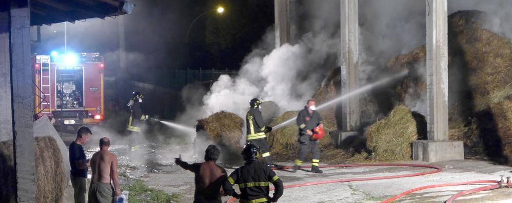 Incendio a Monguzzo Distrutto un fienile