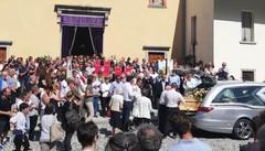 Folla a Schignano per l'addio a Stefano  «Ricorderemo sempre il tuo sorriso»