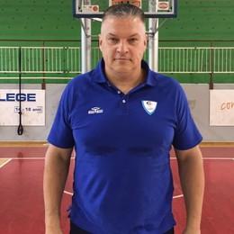 Eccolo qui coach Pashutin Prima foto con la maglia di Cantù