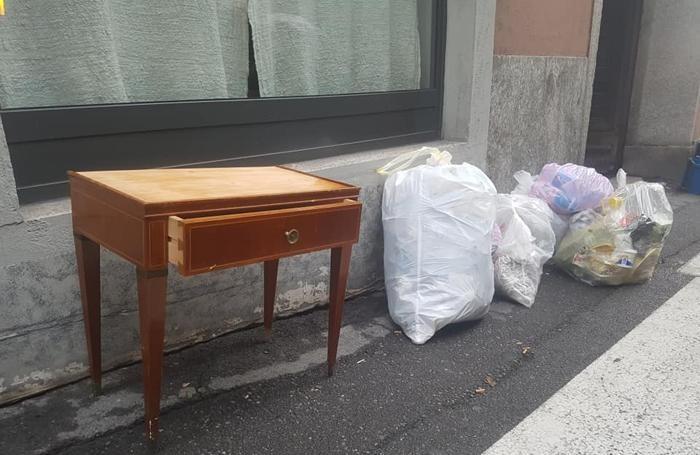 Anche un mobiletto abbandonato in via Ariberto