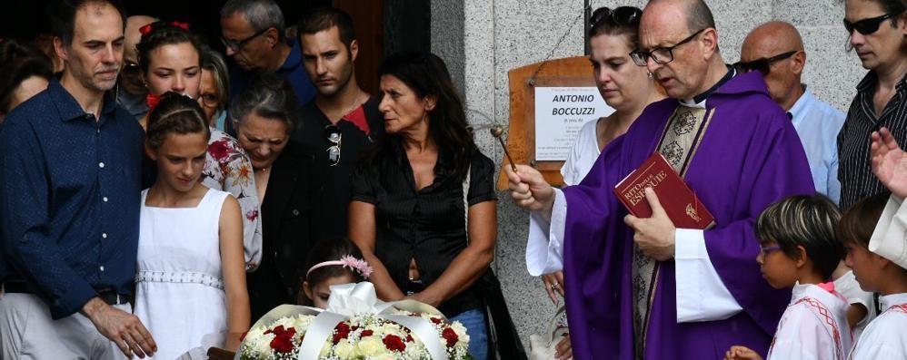 L'addio alla donna morta in Svizzera  Il marito: «Sentiremo la sua voce»