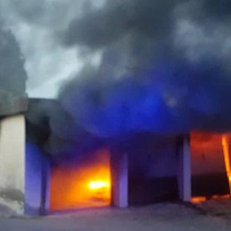 Villa Guardia, a fuoco una vettura in un box