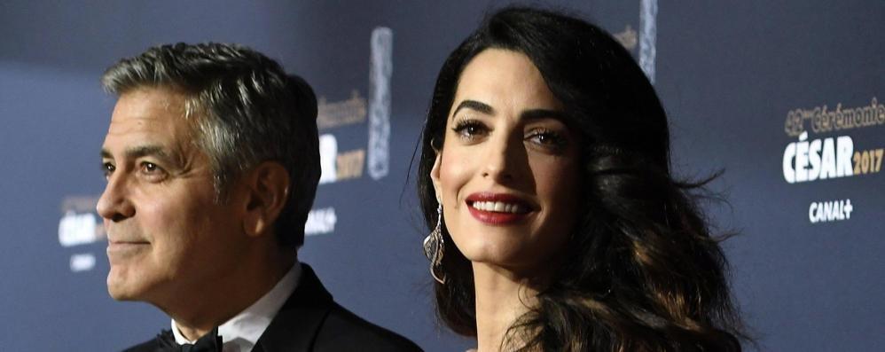 """Il set di Murder Mystery arriva sotto casa  Clooney e Amal """"scappano"""" a Cernobbio"""