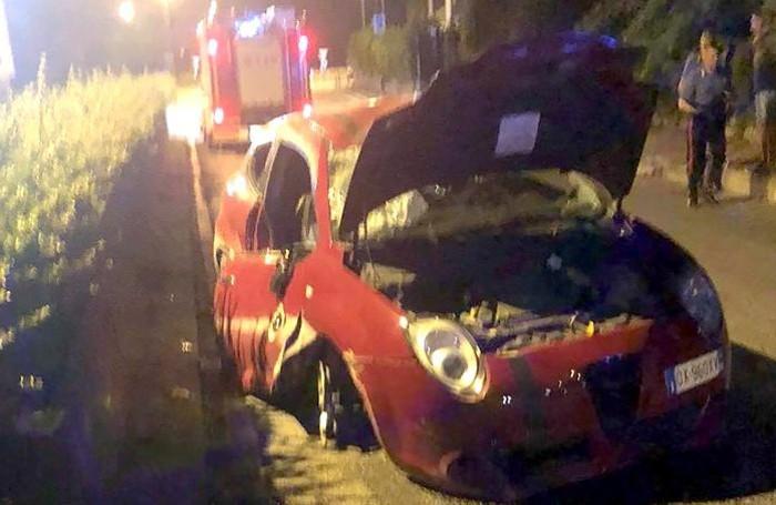 L'auto distrutta dopo il ribaltamento
