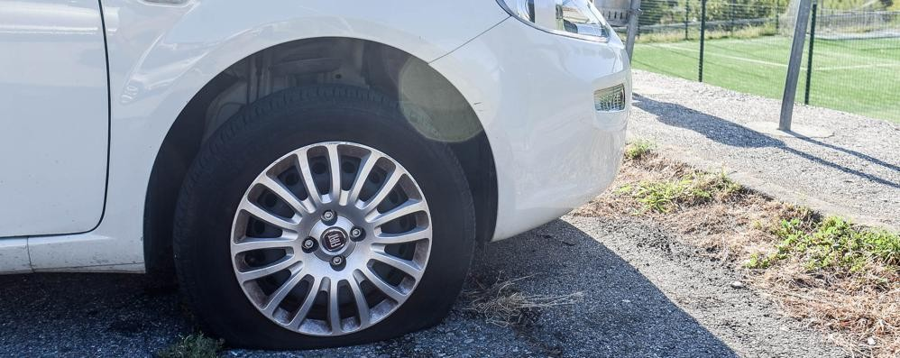 Prestino, vandali in azione  Tagliate le gomme delle auto