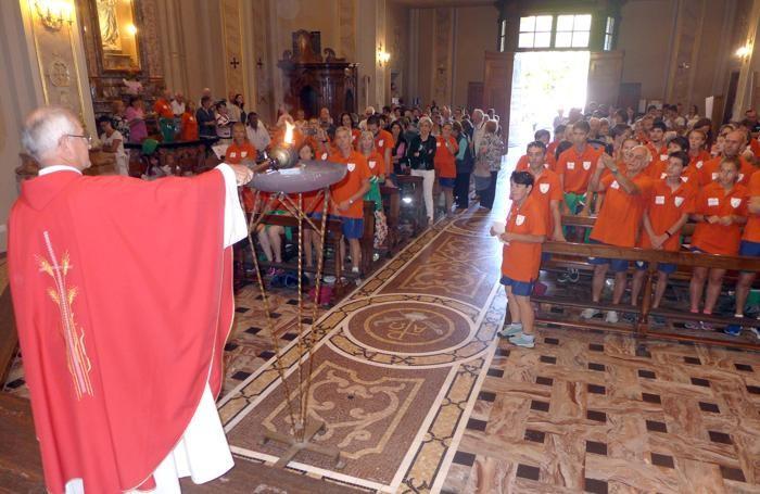 Don Claudio Frigerio accende il braciere con la fiaccola partita da Cracovia