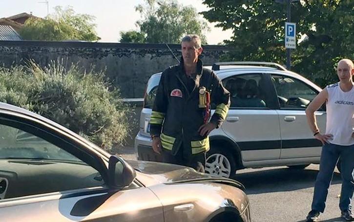 Alfa in fumo a Erba  Il conducente scappa