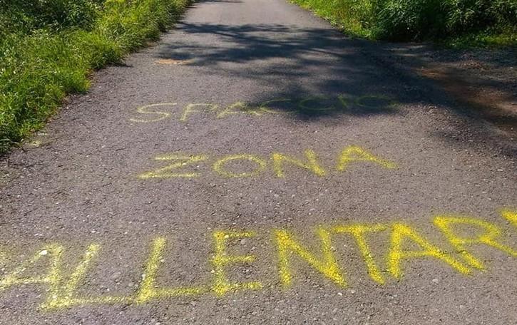 Beregazzo, spunta la scritta  «Zona spaccio, rallentare»