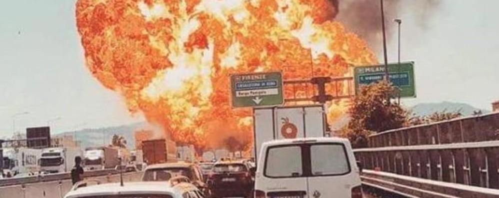 Bologna, esplosione   sulla strada delle vacanze  Almeno 1 morto e cento  feriti  Crolla il ponte della Tangenziale  Chiusa l'autostrada A14. IL VIDEO