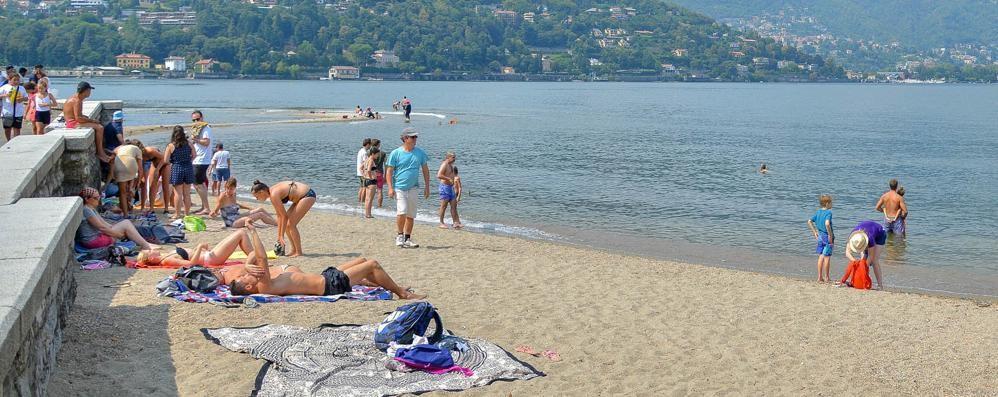 Como: la spiaggia urbana  snobbati i divieti  «Lago meraviglioso»