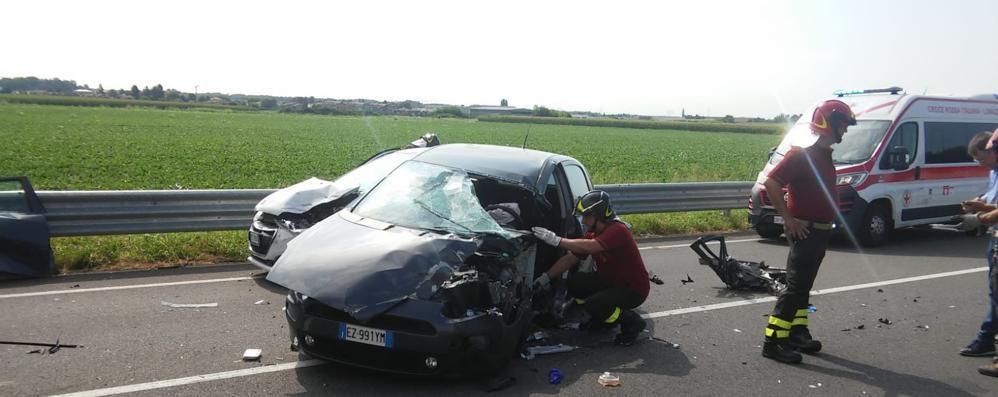 Rovellasca, scontro tra auto  Tre feriti, arriva l'elicottero