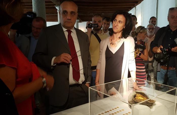 Il ministro Bonisoli con la funzionaria della Soprintendenza incaricata della numismatica Facchinetti