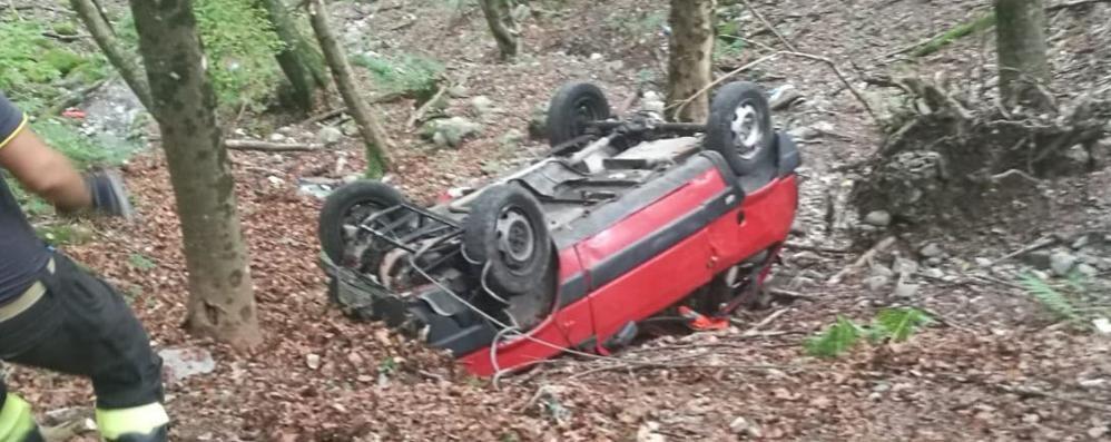 Incidente a Schignano Panda ribaltata nel bosco
