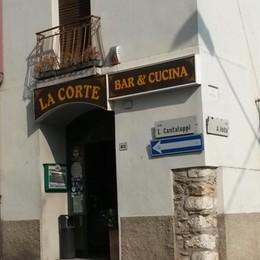 Porta del bar sfondata con un tombino  Via con 150 euro e un pc a Lipomo