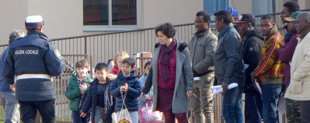 A scuola accompagnati dai volontari  Mariano, i migranti in prima fila