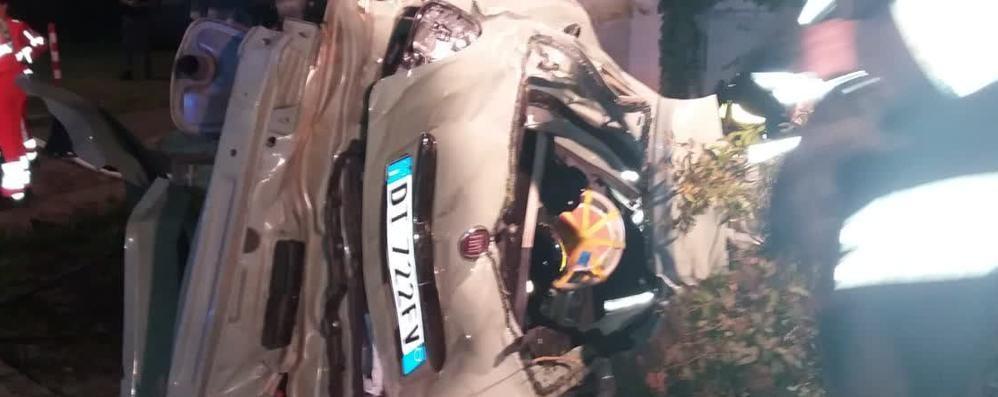 Guanzate, tre ragazzi morti La 500 ha toccato il marciapiede poi è finita contro il muro
