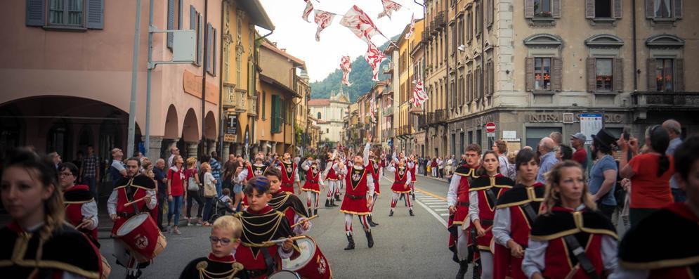 La sfilata con i figuranti del palio del Baradello attraverso via Milano