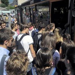 Passano due bus, ma studenti a piedi  «Trenta km per riprendere mio figlio»