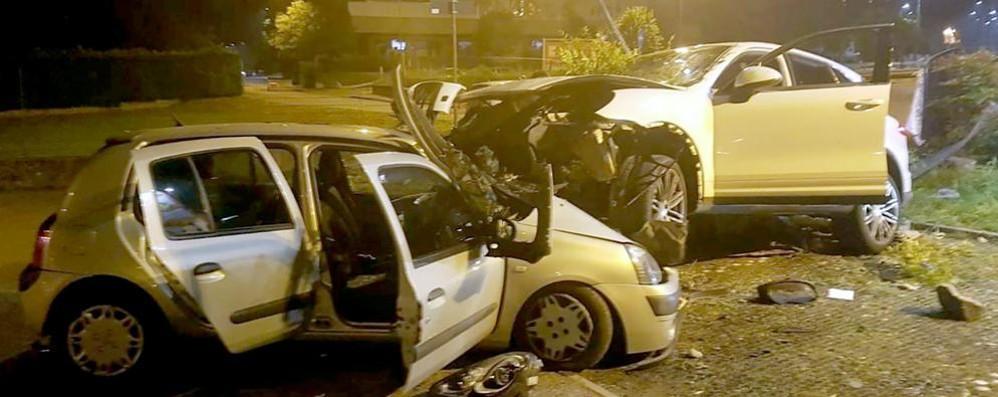 Sfonda il muretto del parcheggio Erba, dieci ragazzi feriti in un incidente