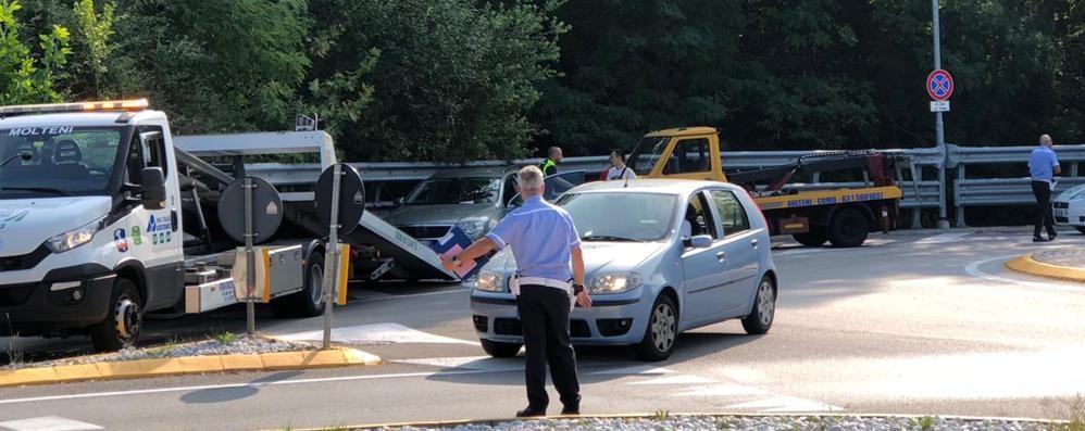 Tolleranza zero fuori dall'ospedale  Rimosse 22 auto e moto in sosta vietata