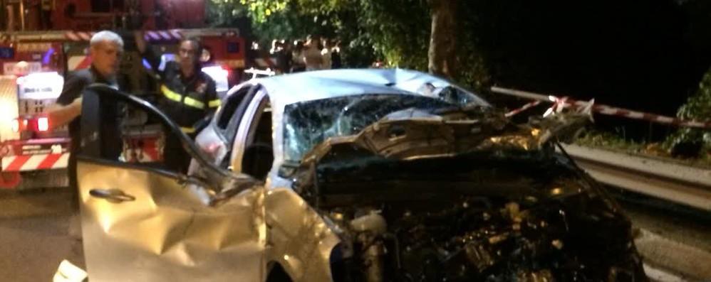 """Napoleona, auto vola fuori strada  e """"atterra"""" su un tetto: tre feriti"""