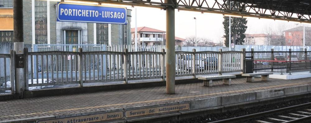 Travolto dal treno in arrivo  Muore un uomo di 80 anni