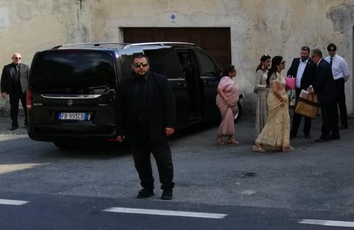L'arrivo dei primi invitati, sorvegliati dai bodyguard