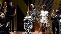 Carla Bruni e la Bellucci per D&G Passerella con le stampe di Como